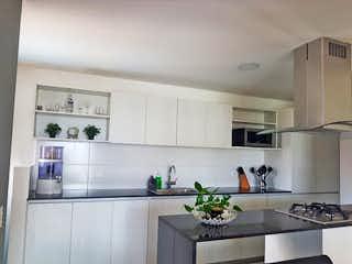 Una cocina con lavabo y microondas en Apartamento en Venta CARLOS E. RESTREPO