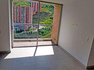 Un cuarto de baño con ducha y una ventana en Apartamento en Venta CALASANZ
