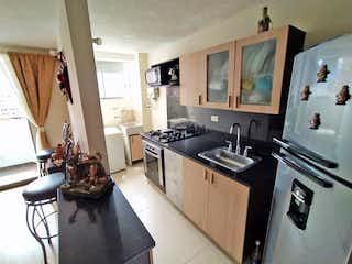 Una cocina con una estufa de fregadero y nevera en Apartamento en Venta LOS COLORES