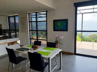 Una sala de estar llena de muebles y una televisión de pantalla plana en Casa en Venta SAN JOSE