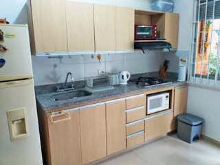 Una cocina con una estufa de fregadero y nevera en Apartamento en Venta LA PILARICA