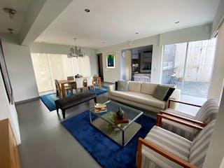 Una sala de estar llena de muebles y una mesa en Hermoso PH en Venta / Cerrada de Suiza