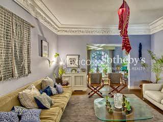 Una sala de estar llena de muebles y una lámpara de araña en Calderon de la Barca 129