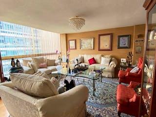 Una sala de estar llena de muebles y una gran ventana en Homero, Polanco, Departamento en Venta