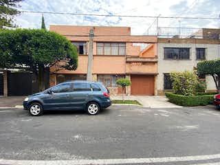 Un coche negro estacionado delante de una casa en Casa en Venta / Reforma Iztacchihuatl Norte