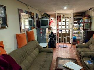 Una sala de estar llena de muebles y una televisión de pantalla plana en CASA BACHUE-VILLA CAROLINA (ENGATIVÁ)