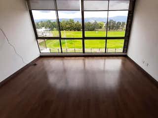 Un banco de madera sentado delante de la ventana en Venta apartamento Park Place, Cajica