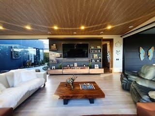 Una sala de estar llena de muebles y una televisión de pantalla plana en Casa en Venta LLANO GRANDE