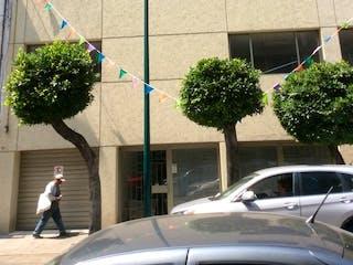 Un par de coches estacionados delante de un edificio en Venta departamento en Anzures con cuarto de Servicio