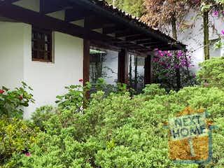 Un jardín con muchos arbustos y flores en VENTA CASA RANCHO SAN FRANCISCO inmediato a SANTA FE