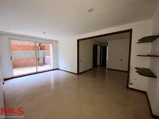 Una habitación que tiene un refrigerador en ella en Providencia De Castropolo