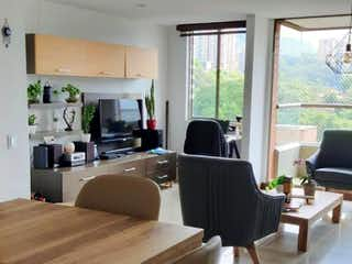 Una sala de estar llena de muebles y una ventana en Venta Apartamento San Lucas, Medellin