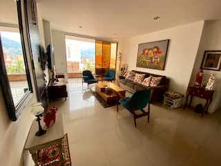 Una sala de estar llena de muebles y una ventana en Apartamento venta Laureles Medellin, Antioquia