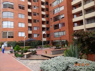 Un edificio alto con un montón de flores delante de él en Apartamento En Venta En Bogota Bella Suiza-Usaquén