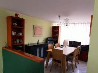Una sala de estar llena de muebles y una mesa en Vendo hermosa casa en Maranta, Bogotá