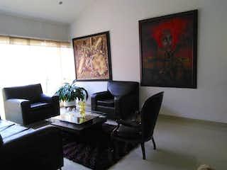 Una sala de estar llena de muebles y una pintura en Casa En Venta En Bogota Niza
