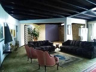 Una sala de estar llena de muebles y un sofá en Casa En Venta En Bogota Chico