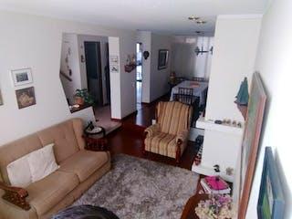 Una sala de estar llena de muebles y una chimenea en Casa En Venta En Bogota Nuevo Monterrey