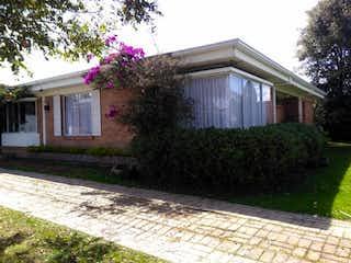 Una casa que tiene un jardín de flores en ella en Casa
