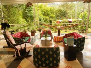 Una mesa que tiene algunas flores en ella en Finca En Venta En La Vega La Vega