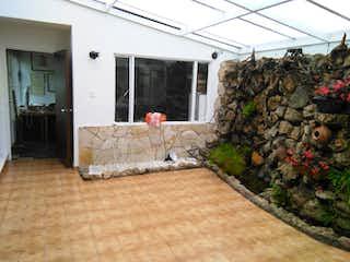 Una sala de estar llena de muebles y una chimenea en Casa En Venta En Bogota Puente Largo