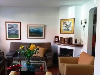 Una sala de estar llena de muebles y una gran ventana en Casa En Venta En Bogota Lisboa