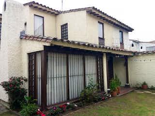 Un edificio blanco con un gran edificio blanco en Casa En Venta En Bogota Pontevedra