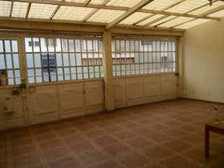 Un baño con una bañera y una ventana en Casa En Venta En Bogota Fragua