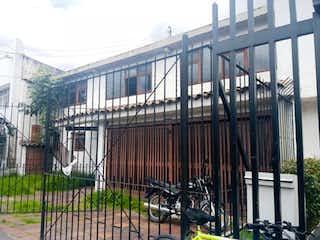 Una foto en blanco y negro de un edificio en Lote En Venta En Bogota La Castellana