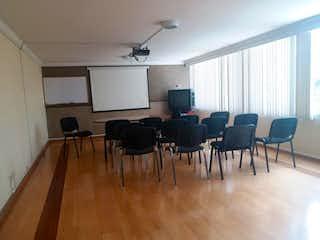 Una sala de estar llena de muebles y una televisión de pantalla plana en Apartamento En Venta En Bogota La Soledad