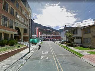 Una calle de la ciudad llena de edificios y árboles en Lote En Venta En Bogota Santa Barbara