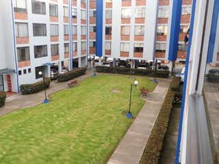 Un tren en una pista cerca de un edificio en Apartamento En Venta En Bogota Cortijo