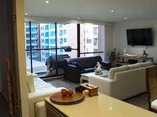 Una sala de estar llena de muebles y una gran ventana en Apartamento En Venta En Bogota Alejandria