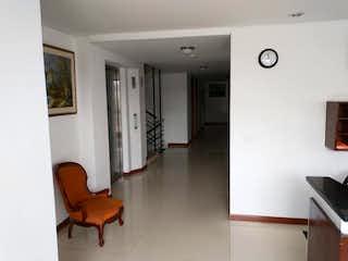 Una sala de estar con una mesa y sillas en Conjunto Rincon De Pasadena