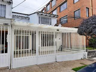 Una foto en blanco y negro de un edificio en Casa En Venta En Bogota La Alborada