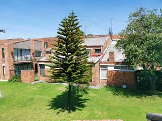 Un gran edificio con un árbol en el fondo en Casa