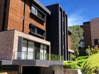 Un gran edificio de ladrillo con una gran ventana en Apartamento campestre Fizebad - El Retiro