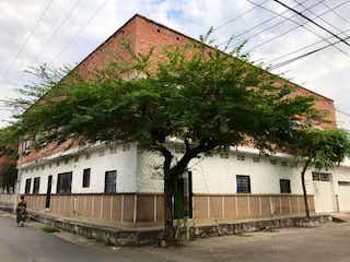 Un gran edificio con un árbol al lado en Casa en venta en Nueva Marsella de 452m²