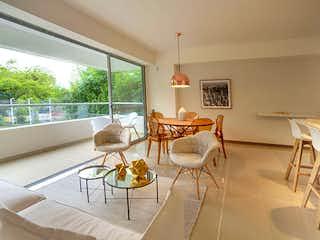 Una sala de estar llena de muebles y una gran ventana en Acuarela del Parque