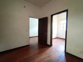 Una cocina con nevera y una ventana en Casa En Venta En Bogota La Candelaria