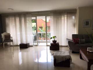 Una sala de estar llena de muebles y una ventana en Apartamento en venta en Conquistadores de 148m²