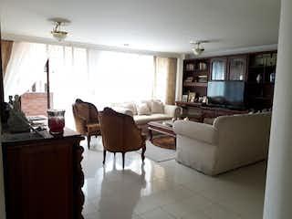 Una sala de estar llena de muebles y una ventana en Apartamento en venta en Barrio Laureles de 130m²