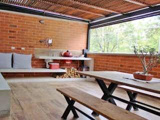 Una sala de estar llena de muebles y una ventana en Apartamento en Venta LA PILARICA