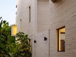 Un edificio de ladrillo con una hidrante de fuego amarillo en Casa Venta Las Águilas, Cóndor, RCV482343