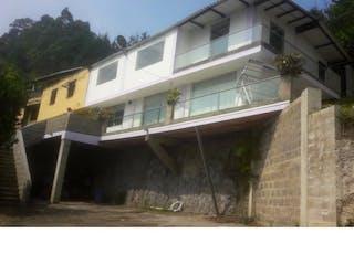 Un pequeño barco blanco sentado delante de un edificio en Casa en guarne sector Autopista Medellín - Bogotá