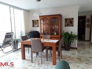 Una sala de estar llena de muebles y una mesa en Bucanero II