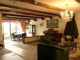 Una sala de estar llena de muebles y una lámpara de araña en Casa en Chico reservado