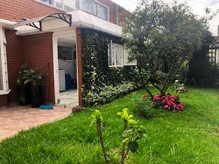 Un jardín con un jardín de flores en él en Venta Casa Niza Humedal Córdoba