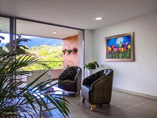 Una sala de estar llena de muebles y una televisión de pantalla plana en Venta Apartamento El Escobero (Envigado)