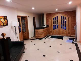 Una sala de estar llena de muebles y una ventana en Apartamento En Venta En Bogotá Santa Barbara-Usaquén